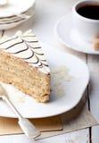 Torta tradicional de Esterhazy del húngaro con las postales de la taza y del vintage de café Imagen de archivo libre de regalías