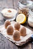 Torta tradicional de la jerarquía de la abeja en fondo de madera Imagenes de archivo