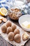 Torta tradicional de la jerarquía de la abeja en fondo de madera Imagen de archivo