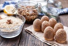 Torta tradicional de la jerarquía de la abeja en fondo de madera Fotografía de archivo