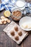 Torta tradicional de la jerarquía de la abeja en fondo de madera Foto de archivo libre de regalías