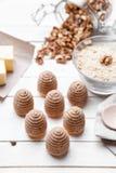 Torta tradicional de la jerarquía de la abeja en fondo de madera Imagen de archivo libre de regalías