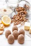 Torta tradicional de la jerarquía de la abeja en fondo de madera Fotos de archivo libres de regalías