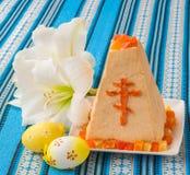Torta tradicional de Pascua de la cuajada en mantel bordado Foto de archivo
