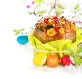 Torta tradicional de Pascua y huevos pintados coloridos foto de archivo