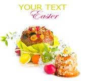 Torta tradicional de Pascua y huevos pintados coloridos imagenes de archivo