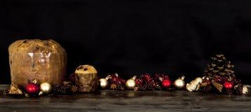 Torta tradicional italiana de la Navidad con las decoraciones Fotografía de archivo