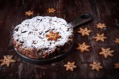 Torta tradicional Panforte de la Navidad y galletas del pan de jengibre en la forma de los copos de nieve imágenes de archivo libres de regalías