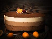 Torta Trzy czekolada z dekoracjami na ciemnym tle Fotografia Stock