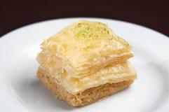 Torta turca hecha con una goma de pistachos o de nueces machacadas fotografía de archivo libre de regalías