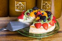 Torta variopinta della frutta di festa Fotografie Stock Libere da Diritti