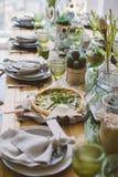 Torta vegetariana sulla tavola rustica del servizio Immagini Stock