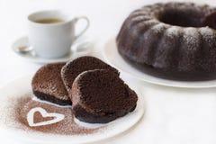 Torta y café de chocolate en blanco Fotos de archivo libres de regalías