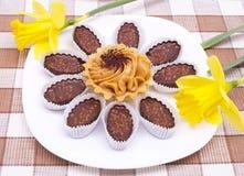 Torta y chocolates en la placa blanca Imágenes de archivo libres de regalías