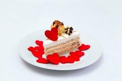 Torta y corazones rojos Fotos de archivo