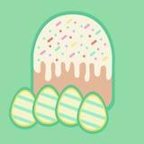Torta y cuatro huevos en Pascua Foto de archivo