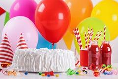 Torta y decoración de cumpleaños Foto de archivo libre de regalías