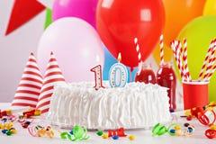 Torta y decoración de cumpleaños Imágenes de archivo libres de regalías