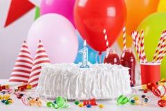 Torta y decoración de cumpleaños Fotografía de archivo libre de regalías