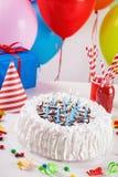 Torta y decoración de cumpleaños Fotos de archivo libres de regalías