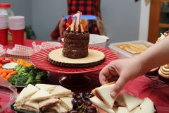 torta y decoraciones de la celebraci?n de 1 a?o imagen de archivo