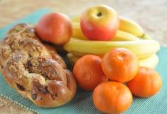 Torta y fruta del desayuno Foto de archivo libre de regalías