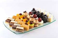 Torta y galletas en la placa Fotografía de archivo