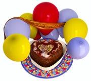 Torta y globos decorativos del cumpleaños Fotografía de archivo