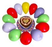 Torta y globos decorativos del cumpleaños Foto de archivo