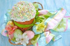 Torta y huevos de Pascua imagenes de archivo