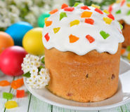 Torta y huevos de Pascua en una tabla blanca imágenes de archivo libres de regalías