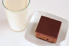 Torta y leche de chocolate fotos de archivo libres de regalías