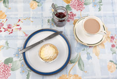 Torta y mermelada de fresa poner crema en un tarro Fotografía de archivo libre de regalías