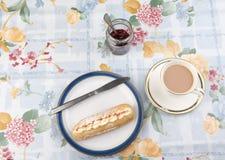 Torta y mermelada de fresa poner crema en un tarro Fotografía de archivo