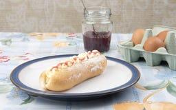 Torta y mermelada de fresa y huevo poner crema Fotografía de archivo
