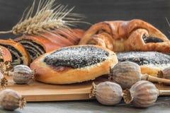 Torta y milhojas de la semilla de amapola en un tablero de madera Imagen de archivo libre de regalías
