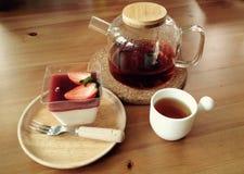 Torta y pote de té Fotos de archivo libres de regalías