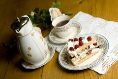 Torta y té de la frambuesa Imagen de archivo libre de regalías