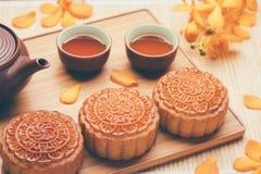 Torta y té tradicionales de la luna de China Fotos de archivo