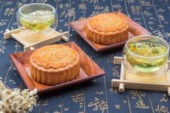 Torta y té tradicionales de la luna de China Fotografía de archivo libre de regalías