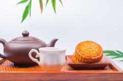 Torta y té tradicionales de la luna de China Imagen de archivo libre de regalías