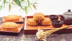 Torta y té tradicionales de la luna de China Foto de archivo libre de regalías