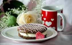 Torta y taza del corazón con una rosa Imágenes de archivo libres de regalías