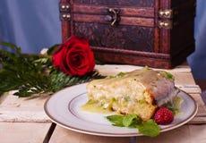 Torta y una rosa Imagen de archivo