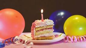 Torta y velas ardientes, celebración del feliz cumpleaños con los globos almacen de video