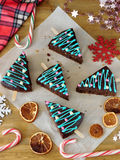 Tortas adornadas como árboles de navidad en los palillos Fotos de archivo