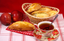 Tortas calientes con té imagen de archivo