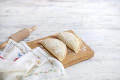 Tortas caseiros, cozinhando dough Um pino do rolo e uma toalha com um teste padrão Espaço livre para o texto foto de stock royalty free