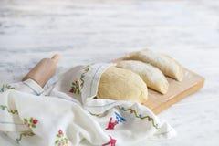 Tortas caseiros, cozinhando dough Um pino do rolo e uma toalha com um teste padrão Espaço livre para o texto imagens de stock