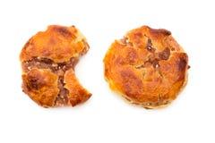 Tortas cauchutosas dulces o el chickee de la visión superior las mini se apelmaza con uno bited y uno completo imágenes de archivo libres de regalías